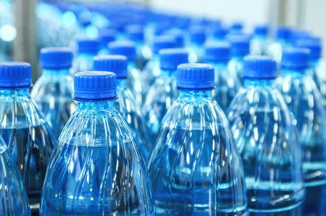 Вода в бутылках на конвейере